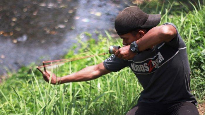 Tak Pakai Pancing, Pria Ini Tangkap Ikan Di Danau Pakai Ketapel, Perhatikan Caranya