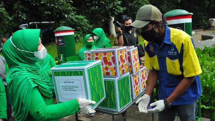 Ketua Persit Kartika Chandra Kirana Kunjungi Bogor, Bagikan Sembako ke Tukang Becak dan Penjual Sapu
