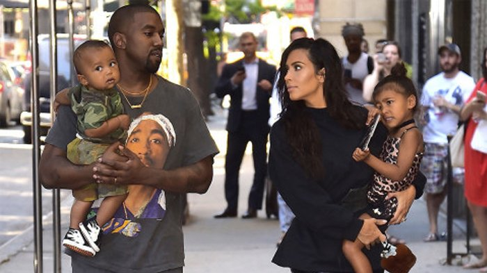 Kim Kardashian Unggah Potret Bareng Suami dan Anak-anak, Netter : Kayak Foto Lebaran