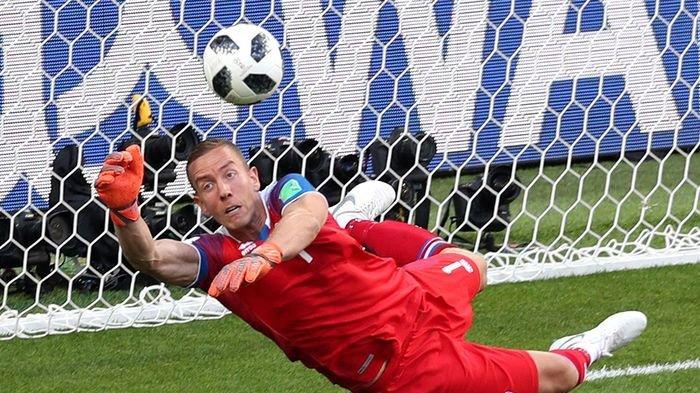 Kiper Islandia yang Tepis Penalti Messi Ternyata Berprofesi Sebagai Sutradara