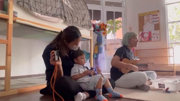 Temani Kiano Masuk Sekolah, Paula Verhoeven Dibuat Malu Sama Tingkah Anaknya : Aduh Dilempar