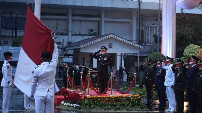 Kapolresta Bogor Kota, Kombes Pol Susatyo Purnomo Condro menjadi inspektur upacara penurunan bendera merah putih di plaza Balaikota Bogor, Selasa (17/8/2021).