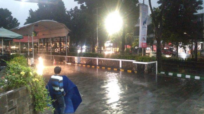 BREAKING NEWS - Bogor Diguyur Hujan Deras, Diselimuti Awan Gelap Sejak Sore Tadi