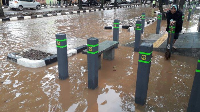 Jadi Langanan Banjir, Pedestrian di Jalan Kol Edi Yoso di Cibinong Tenggelam Usai Diguyur Hujan