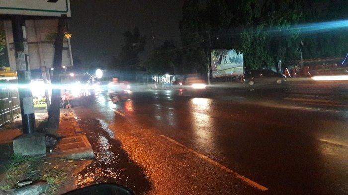 Hati-Hati Jalan Licin, Arus Lalu Lintas di Jalan Karadenan Bogor Malam Ini Ramai Tanpa Hambatan