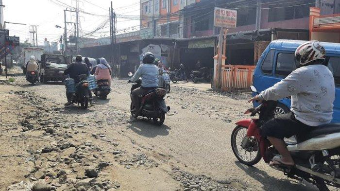 Kondisi Jalan Raya Pintu Air Pabuaran yang rusak parah