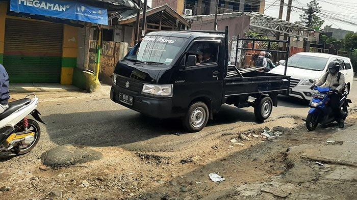Tak Kunjung Diperbaiki, Jalan Rusak di Pabuaran Bojonggede Dikeluhkan Warga