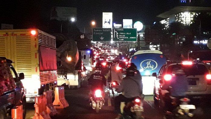 Malam Jelang Libur Tanggal Merah, Jalan Raya Puncak Bogor Padat Diserbu Wisatawan