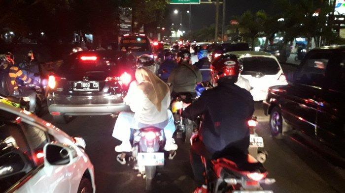 H-2 Lebaran, Lalu Lintas Kendaraan Jalan Raya Jakarta-Bogor Padat Merayap di Simpang Sentul