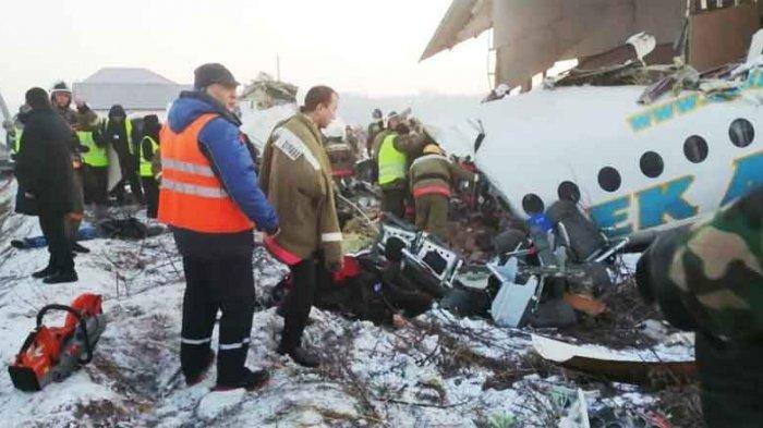 Pesawat yang Mengangkut 100 Penumpang Jatuh di Kazakhstan, Ini Video Detik-detik Penyelamatan Korban