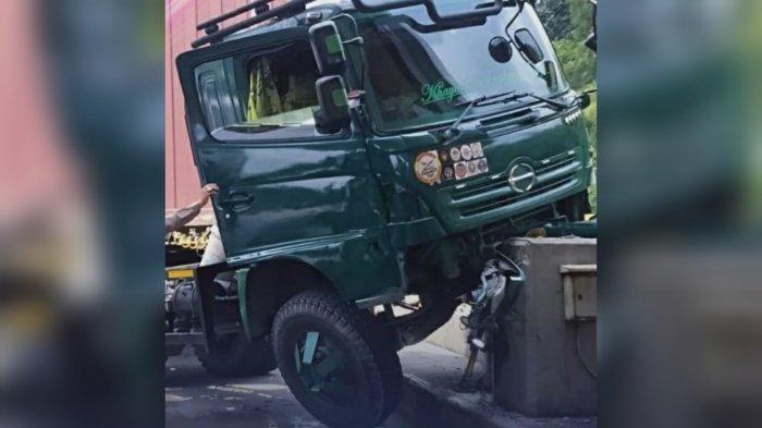Hindari Tabrakan dengan Kendaraan Lain, Truk Kontainer Nyelip di Gerbang Tol Ciawi Bogor