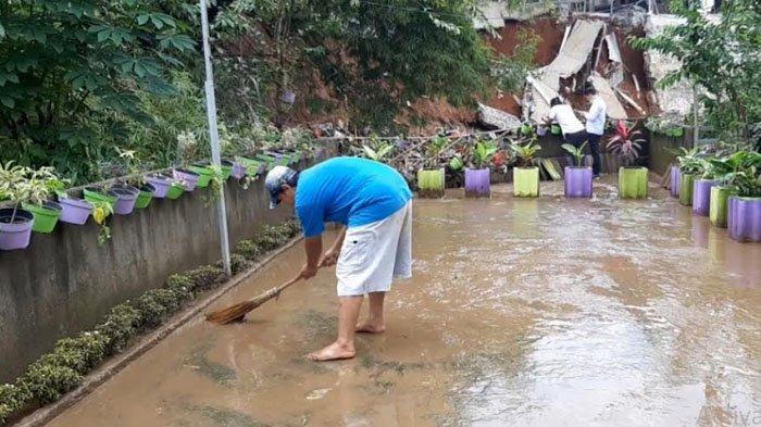 Kena Imbas Tanah Longsor, Warga Desa Ragajaya Bersihkan Rumah dari Genangan Lumpur