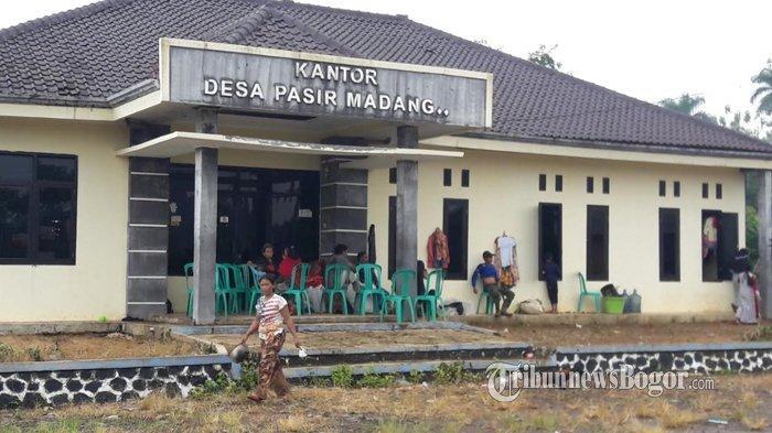 Kondisi Pengungsian di Desa Pasir Madang Sukajaya, Warga Tidur di Lorong Kantor Desa