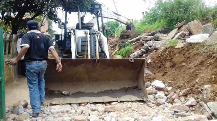 Reruntuhan Tembok Yang Menimpa Pengendara Motor di Bogor Dibersihkan Pakai Alat Berat