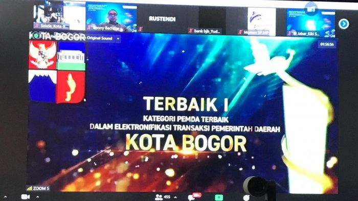 Pemerintah Kota (Pemkot) Bogor menyabet tiga kategori penghargaan sekaligus yang diumumkan saat Rapat Koordinasi Wilayah Tim Percepatan dan Perluasan Digitalisasi Daerah (TP2DD) dan Tim Pengendalian Inflasi Daerah (TPID) se-Jawa Barat yang digelar secara virtual, Selasa (27/7/2021).