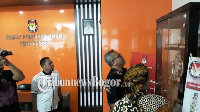 Kunjungi Kantor KPUD Kota Bogor, Ketua KPU Pusat Nyaris Merusak Piala Yang Dipajang