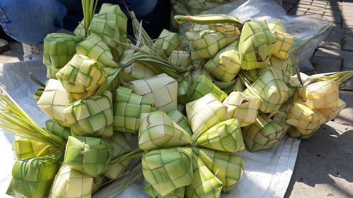 Curhatan Penjual Kulit Ketupat di Pasar Bojonggede : Berangkat Pagi, Pendapatan Malah Berkurang