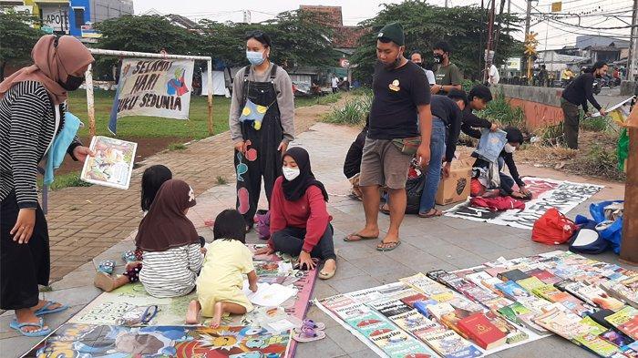 Kumpulan pemuda yang mengatasnamakan Kolektif Pemuda Bojonggede menyelenggarakan kegiatan sosial berupa, baca buku gratis, pembagian baju gratis serta kegiatan sosial lainnya di Halaman Lapangan Siaga, Bojonggede.