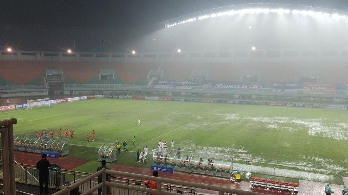 Hujan Deras hingga Kabut Tebal di Stadion Pakansari Bogor, Laga Persija Vs Persiraja Disetop