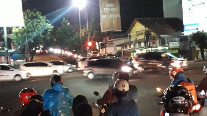 Hujan Rintik, Lalu Lintas Kendaraan di Simpang Warung Jambu Malam Ini Ramai Lancar