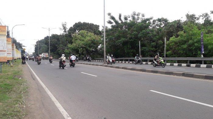 Lalu Lintas di Jalan Raya Jakarta - Bogor kawasan Sukaraja Ramai Lancar, Cuaca Mendung