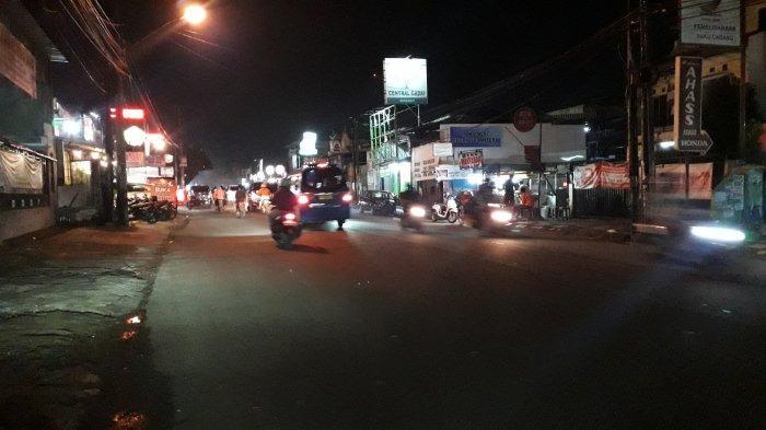 Lalu Lintas Jalan Raya Sukahati Bogor, Ramai Lancar Jelang Tengah Malam