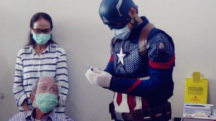 Peserta Vaksinasi Tertua di Kota Bogor Disuntik Oleh Vaksinator Berkostum Super Hero