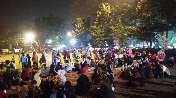 Datang ke Lapangan Sempur Bogor, Pengunjung Habiskan Malam Minggu dengan Menatap Rumput