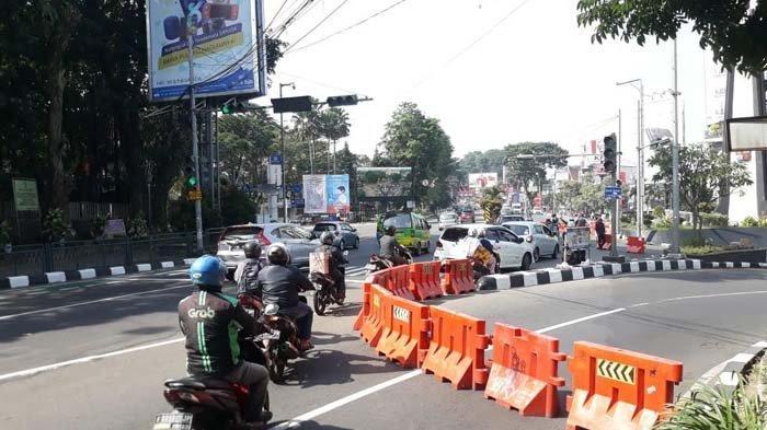 Sejumlah pengendara sepeda motor maupun mobil nekat membahayakan diri sendiri dengan menerobos penyekatan dan melintasi jalur berlawanan arah, di Simpang Tugu Kujang, Kamis (8/7/2021).