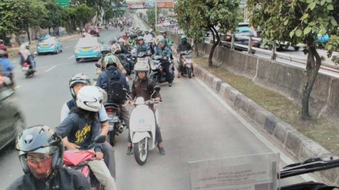 Lawan Arus di Jalur Transjakarta, Video Pengendara Motor Panik Ini Bikin Ibu-Ibu Gregetan