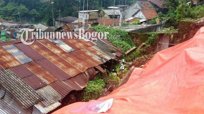 Diguyur Hujan Semalaman, Dua Rumah di Lebak Kantin Bogor Tertimbun Longsor