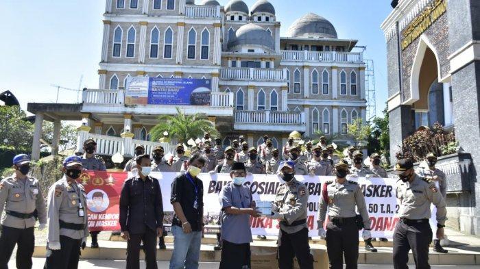 Sosialisasikan Larangan Mudik, Polisi Bagi-bagi Seribu Masker di Puncak Bogor