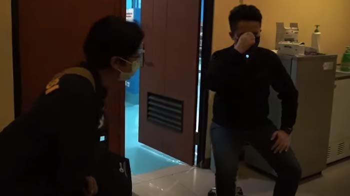 Denny Darko Hampir Pingsan Lihat Korban SriwijayaAir di Ruang Otopsi, Dokter Forensik: Pertama Kali?
