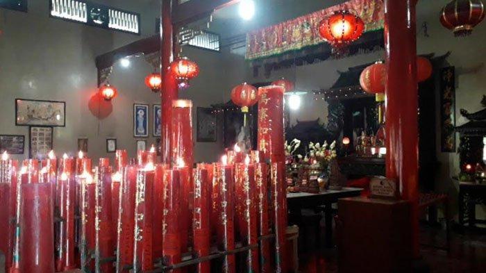 Lilin merah di Vihara Amurwa Bhumi atau Hok Tek Bio Cibinong, Kabupaten Bogor dalam perayaan Imlek 2021.