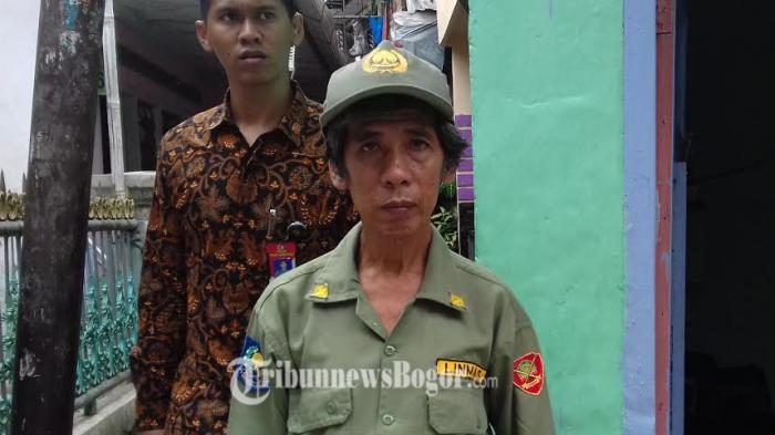 Berbekal Pentungan, Anggota Linmas Ini Siap Amankan Kedatangan Presiden Jokowi