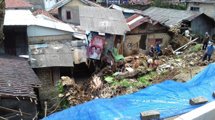 Alat Berat Tak Kunjung Datang, Puing Bekas Longsor di Gang Dalam Dibersihkan Pakai Alat Seadanya