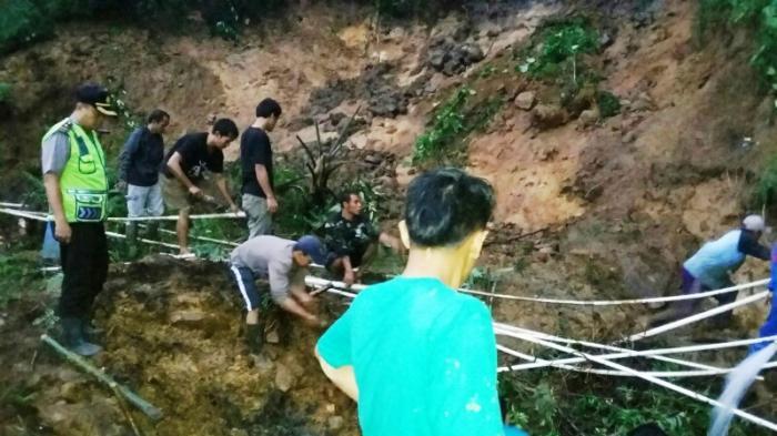 Akses Jalan di Pamijahan Tertimbun Longsor, BPBD Bogor Turunkan Damkar