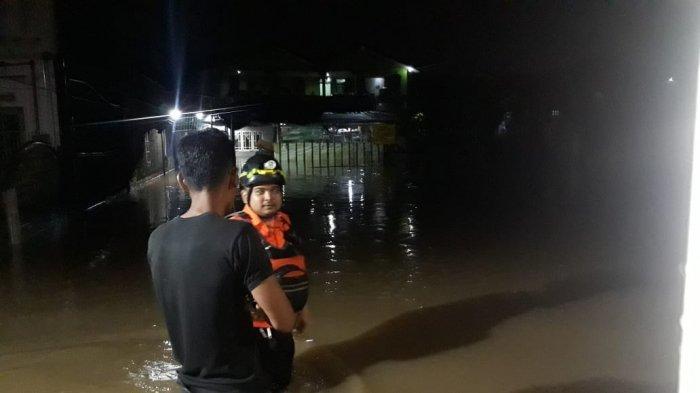 Banjir Setinggi Dada, Warga Kampung Keramat Kota Bogor Bertahan di Rumah
