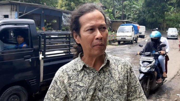 Warga sekaligus pemilik warung kelontong di Jalan Raya Curug Nangka, Kecamatan Tamansari, Magrib mengaku bahwa setiap turun hujan warungnya kerap kemasukan air.