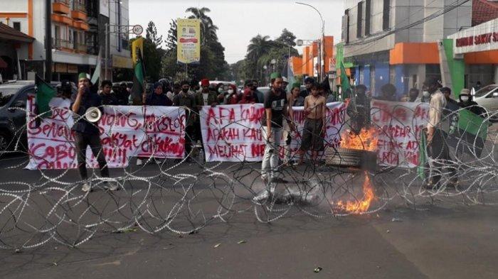 BREAKING NEWS - Mahasiswa Demo di Depan Istana Bogor, Jalan Sudirman Ditutup Polisi Pakai Kawat Duri