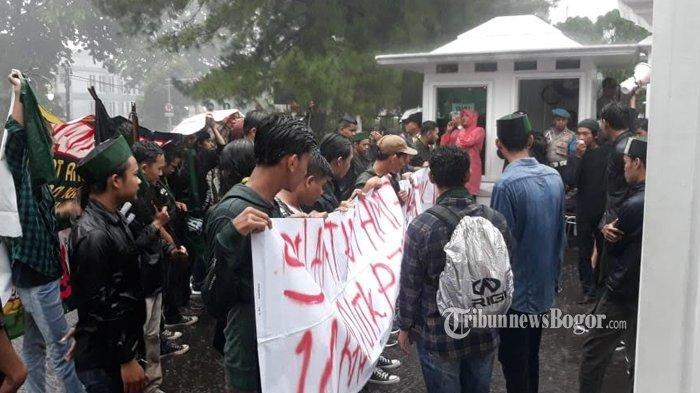 Hujan-hujanan Bawa Spanduk Besar, Mahasiswa Datangi Pintu Masuk Istana Bogor