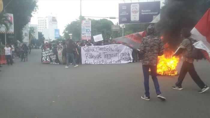 BREAKING NEWS - Demo Lagi, Mahasiswa di Bogor Bakar Ban, Arus Lalu Lintas Dialihkan