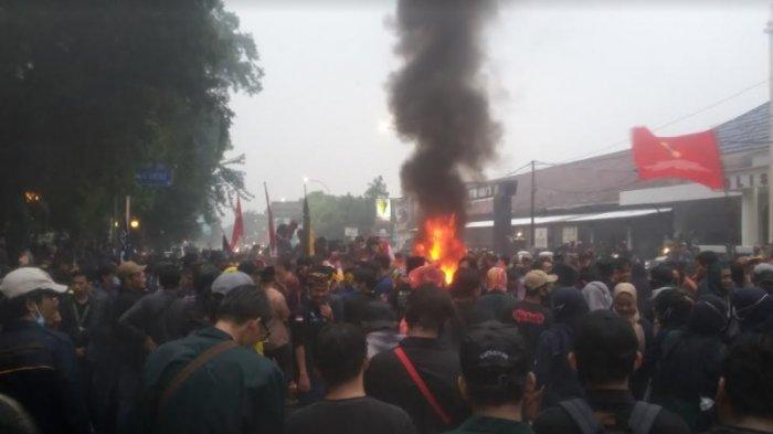 Api Berkobar di Depan Gerbang Istana Bogor, Mahasiswa Tetap Aksi Meski Diguyur Hujan