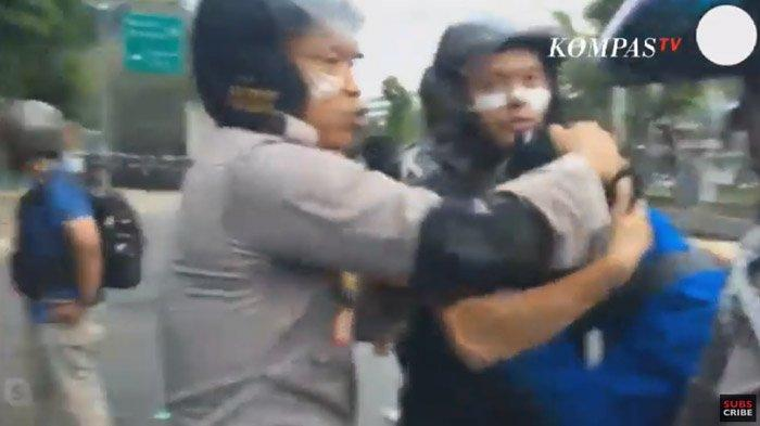 Moment Mahasiswa Nangis Peluk Polisi karena Kena Gas Air Mata, Situasi Palmerah Mulai Kondusif