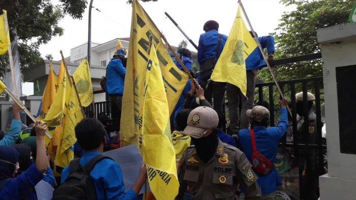Demo Mahasiswa Depan Kantor Dinkes Kabupaten Bogor Diwarnai Aksi Panjat Pagar hingga Bakar Ban