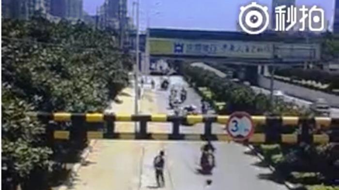 Alamak, Pemuda Ini Main Basket di Jalan Raya, Kejadian Selanjutnya Mengejutkan