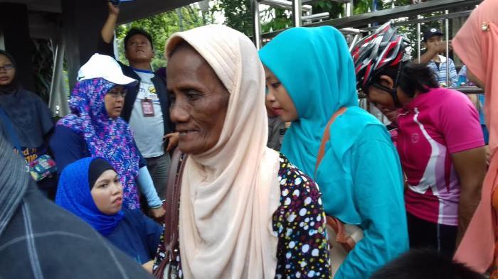 Nenek Wasih Harus Berdesakan Demi Es Cendol Gratis