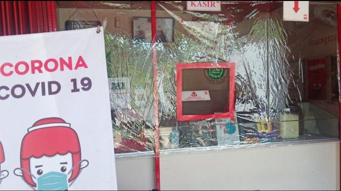 Tangkal Virus Corona, Kedai Makaroni di Cibinong Pasang Sekat Plastik