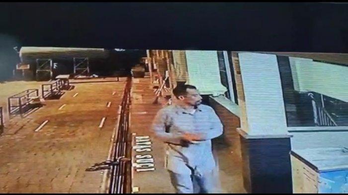 Istirahat Setelah Bersihkan Area Masjid untuk Shalat Subuh, HP Petugas Hilang, Pencuri Terekam CCTV