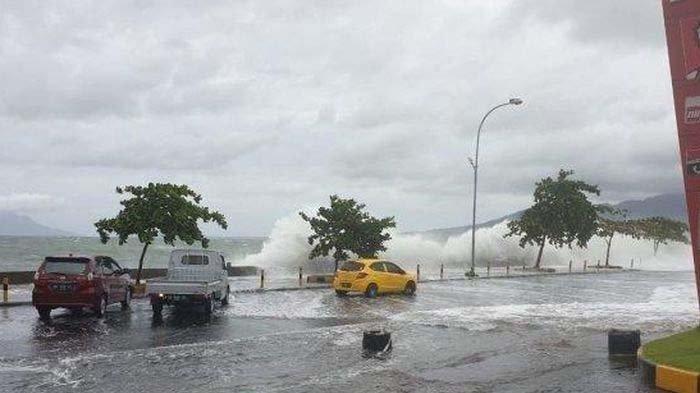 Warga Panik Lihat Gelombang Mirip Tsunami Terjang Pantai di Manado, Ini Penjelasan BMKG